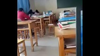Fellation d'une chinoise pendant le cours